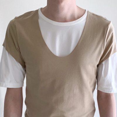 SEEK UネックをTシャツの上から着る