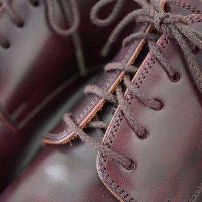 バーガンディーの革靴に紗乃織靴紐