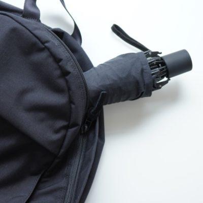 バックパックに折り畳み傘を入れる画像