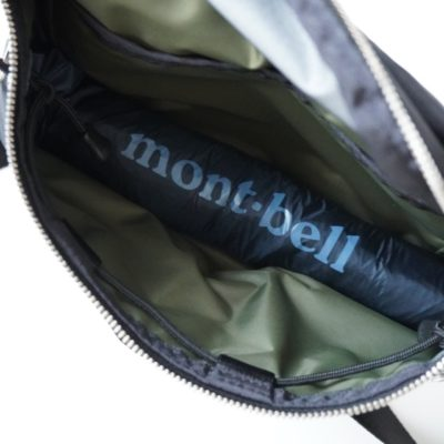 ウエストバッグに折り畳み傘を入れる画像