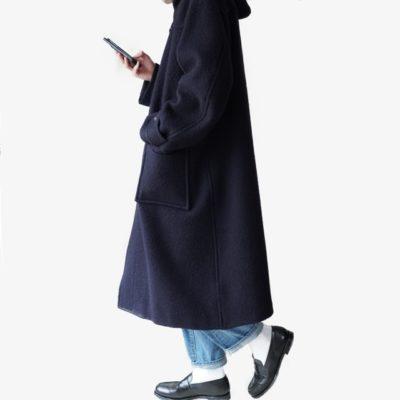Blurhmsダッフルコートを着て歩く画像