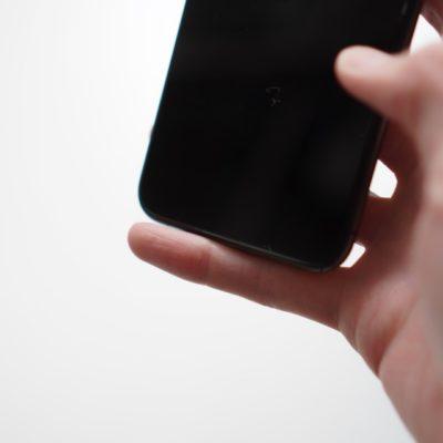 iphoneで小指が痛い