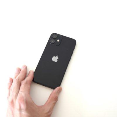 iphone12miniを手に持つ