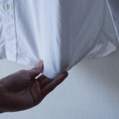 シャツの裾を引っ張る