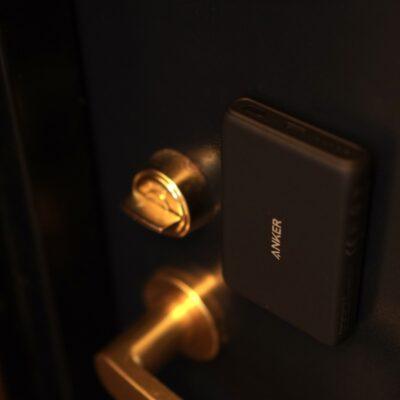 玄関にMagsafeモバイルバッテリーをくっ付ける