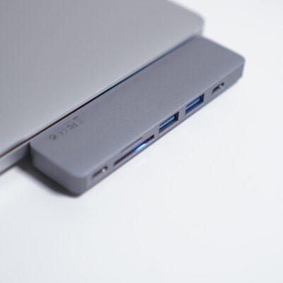 MacBookProにUSB-Aの変換コネクタを挿す
