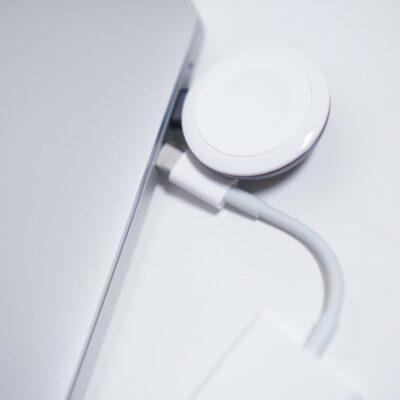 AppleWatch充電器で干渉したポートに無理やり挿そうとする