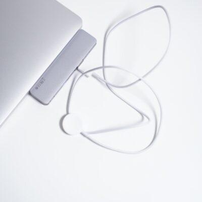MacBookProにUSBコネクタとAppleWatch充電器を挿した様子