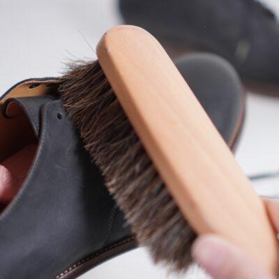 formeの革靴を馬毛ブラシでブラッシング
