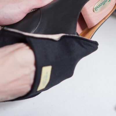 formeの革靴をグローブクロスで磨く