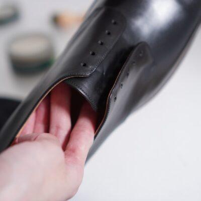 formeの革靴の内側にもクリームを塗る