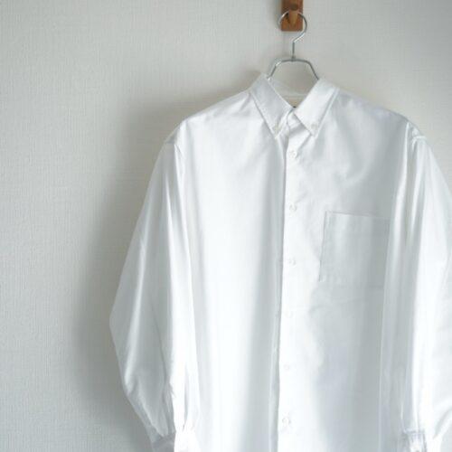 MARKAWAREのシャツをハンガーに掛けた画像