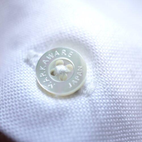 コンフォートフィットシャツの貝ボタン