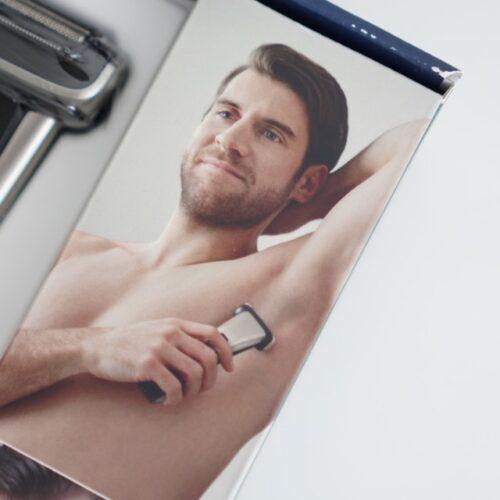 脇毛を処理する男性の画像