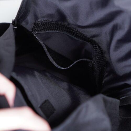 メイン収納のメッシュポケット