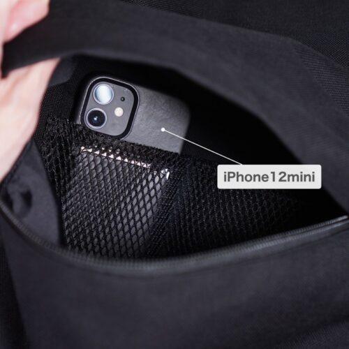 メッシュポケットにiPhone12miniを収納