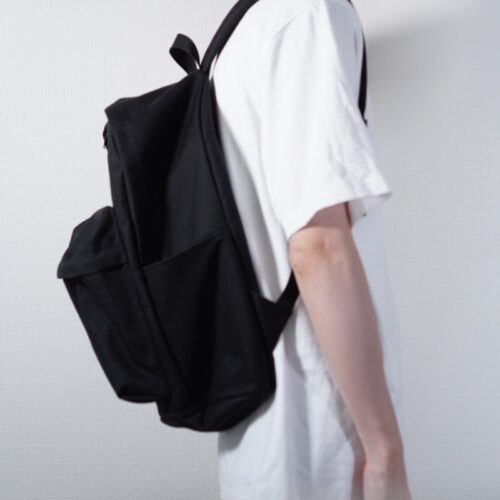 デイパックを背負った横からの着用画像