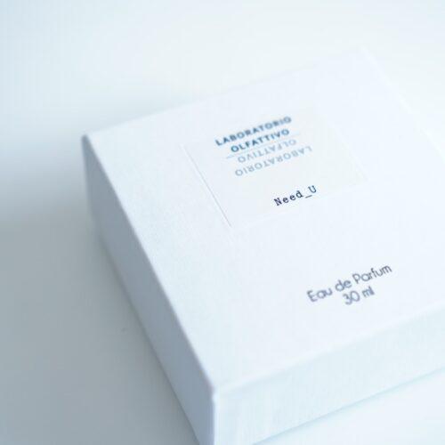 新しく買った香水の箱